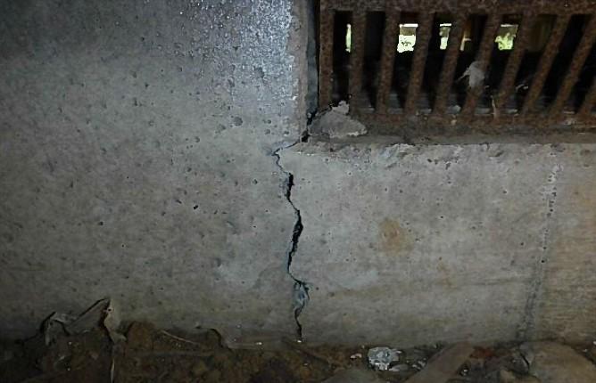 北側の基礎の割れ(床下からの写真)